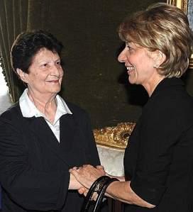 L'incontro della vedova Gemma Calabresi con la vedova Licia Pinelli al Quirinale, in occasione della celebrazione del Giorno della Memoria (Ansa)